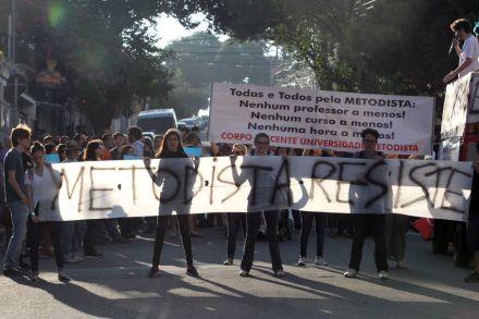 Após Metodista demitir professores, alunos protestam