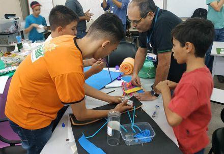 Educadores e alunos trabalham juntos para superar desafios com ajuda da programação