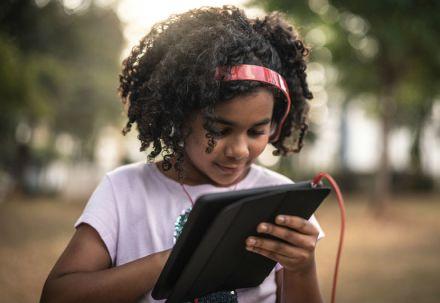 Pesquisa busca crianças e adolescentes para entender seus hábitos na internet