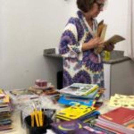 Escola recebe voluntários para reorganizar seu espaço de leitura
