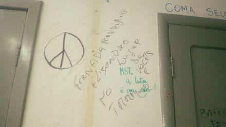 Alunos de Direito da UFSM são alvo de mensagens racistas escritas nas paredes da sala do Diretório Acadêmico do curso