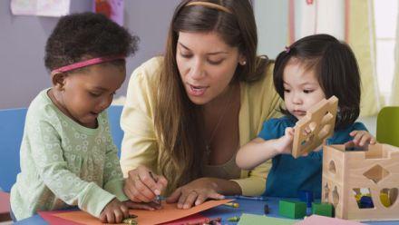 Primeira infância, creches e pré-escolas: o que dizem as evidências?