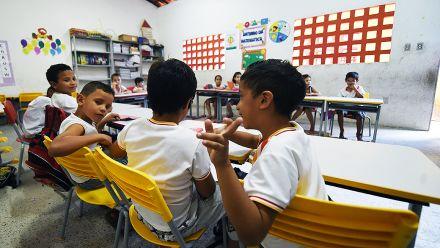 Quem tem melhor desempenho na educação: municípios maiores ou menores?