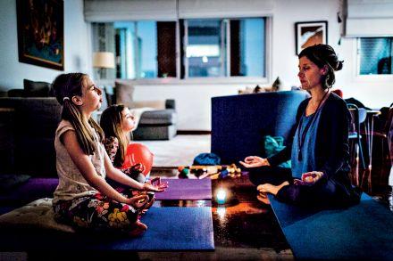 De costinhas eretas: meditação para crianças nas escolas