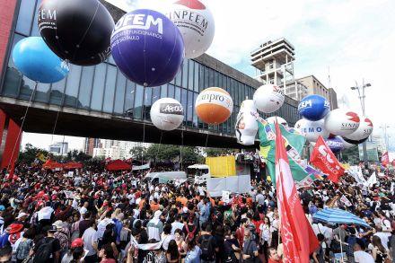 Ao vivo: Escolas e universidades fazem greve contra cortes na educação
