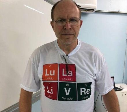 """Professor vai para a aula com camiseta de """"Lula Livre"""" e provoca debate"""