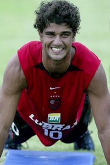 Galã de 'Tempo de Amar', Bruno Cabrerizo  trocou o futebol pela faculdade de Teatro