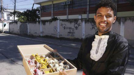 Jovem de Nova Iguaçu vende trufas nas ruas para cursar Cinema nos Estados Unidos