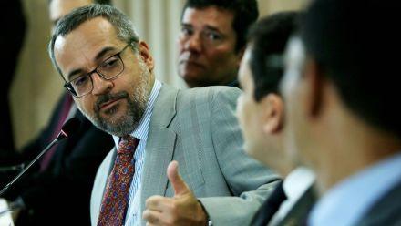 Mais uma maldade ao português: ministro da Educação escreve 'imprecionante'