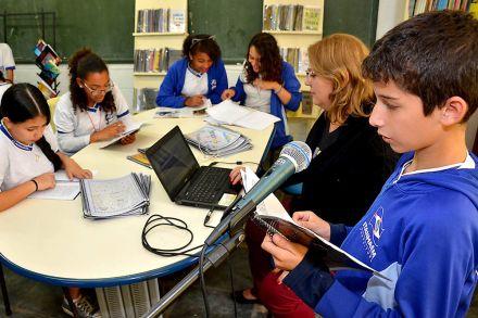 Alunos gravam livros para colegas de escola que não podem ler no litoral de SP