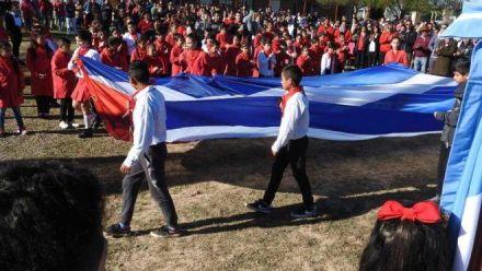 Escola pública na Argentina hasteia bandeira de Cuba e faz homenagem a Che