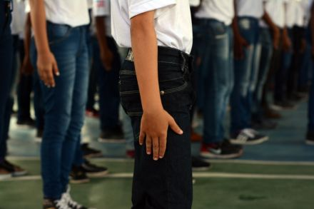 Continência, 'inspeção de cabelo' e tutoria de PMs: a rotina em uma escola com regras e disciplina militares