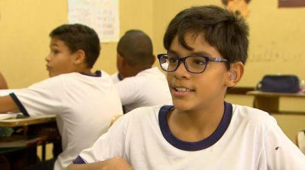 'Sou feliz aqui na escola', diz aluno surdo que ajuda colegas a compreender língua de sinais