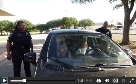 Lei no Texas obriga alunos a assistirem a vídeo sobre abordagem policial como requisito para pegarem diploma