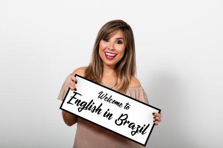 Professora de Alvorada troca sala de aula por canal de vídeos e lança livro para quem quer falar inglês