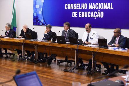 Português e matemática são destaque em versão da base curricular do ensino médio; entenda proposta e veja análises