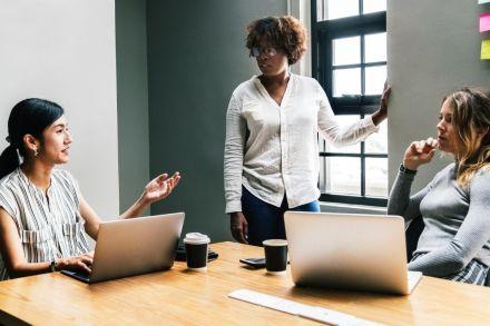 Estudo da Bain & Company com o LinkedIn define 5 ações efetivas para promover liderança feminina