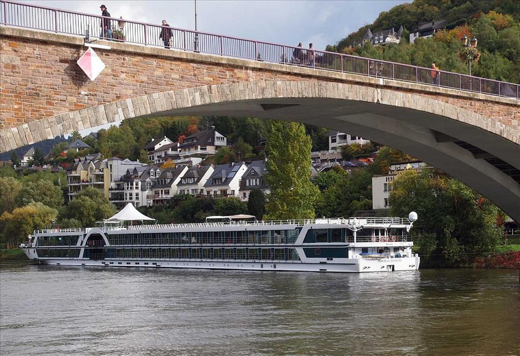 Amadeus Diamond Phoenix Reisen Vs Sofia Compare Cruise Amenities Food Activities Ship Size