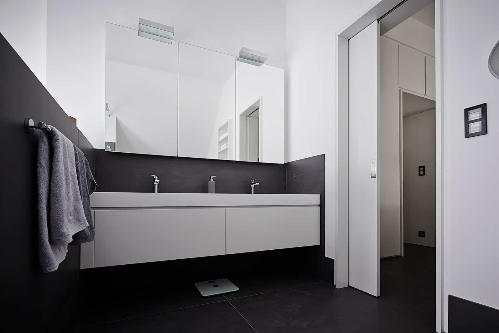 double vanity in glossy white for this eggersmann bathroom design