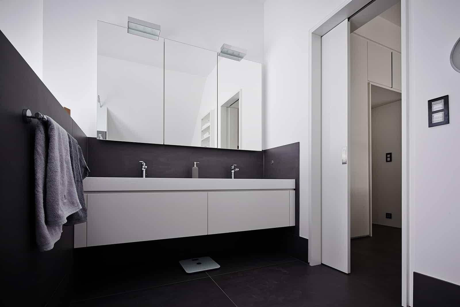 double vanity in glossy white for this eggersmann bathroom design