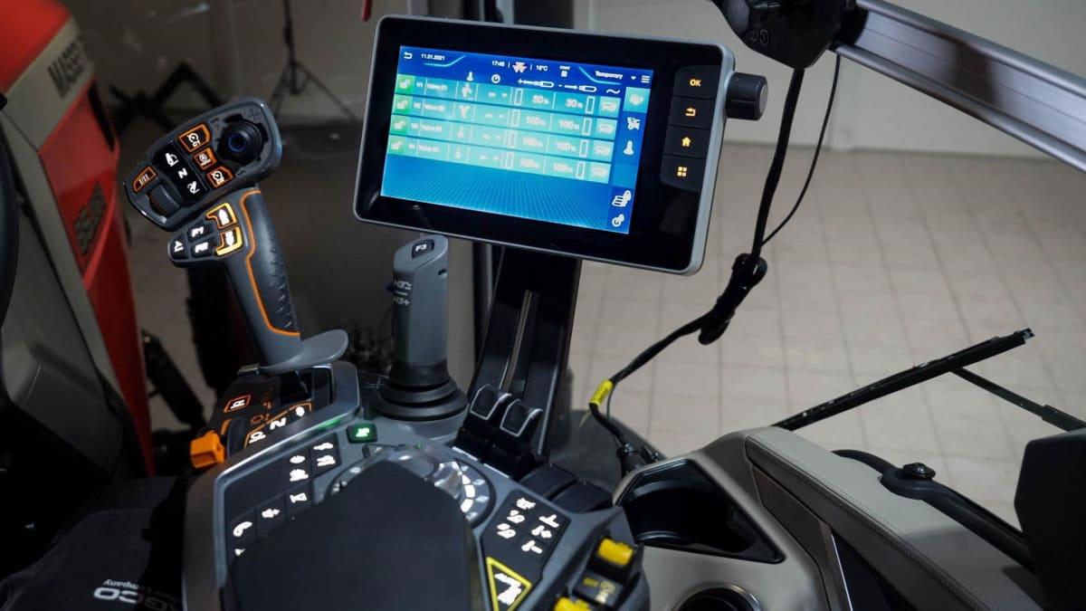 BLUETOOTH-TILKOBLING: Radio og telefon kan kobles opp via Bluetooth, slik at man kan bruke knappene i armlenet til å ta telefonen.