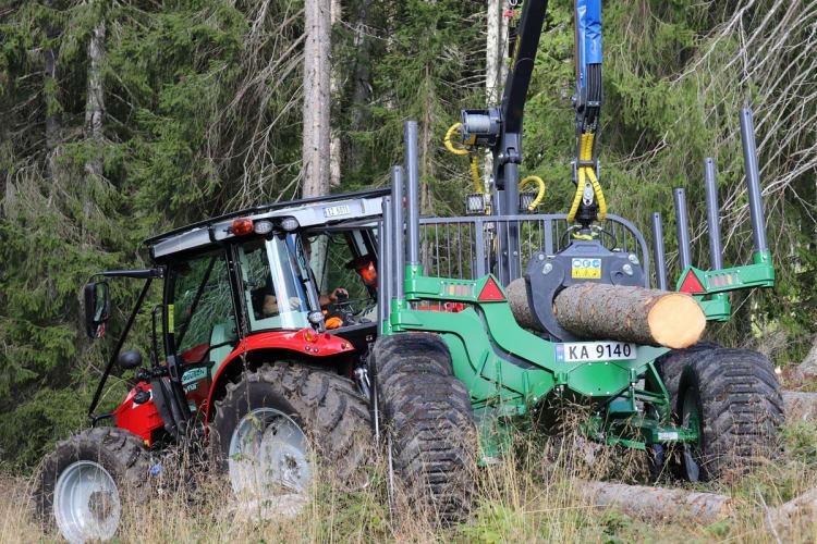 Nå får du skogsrigget Massey Ferguson og Farma tømmerhengere fra Eiksenteret