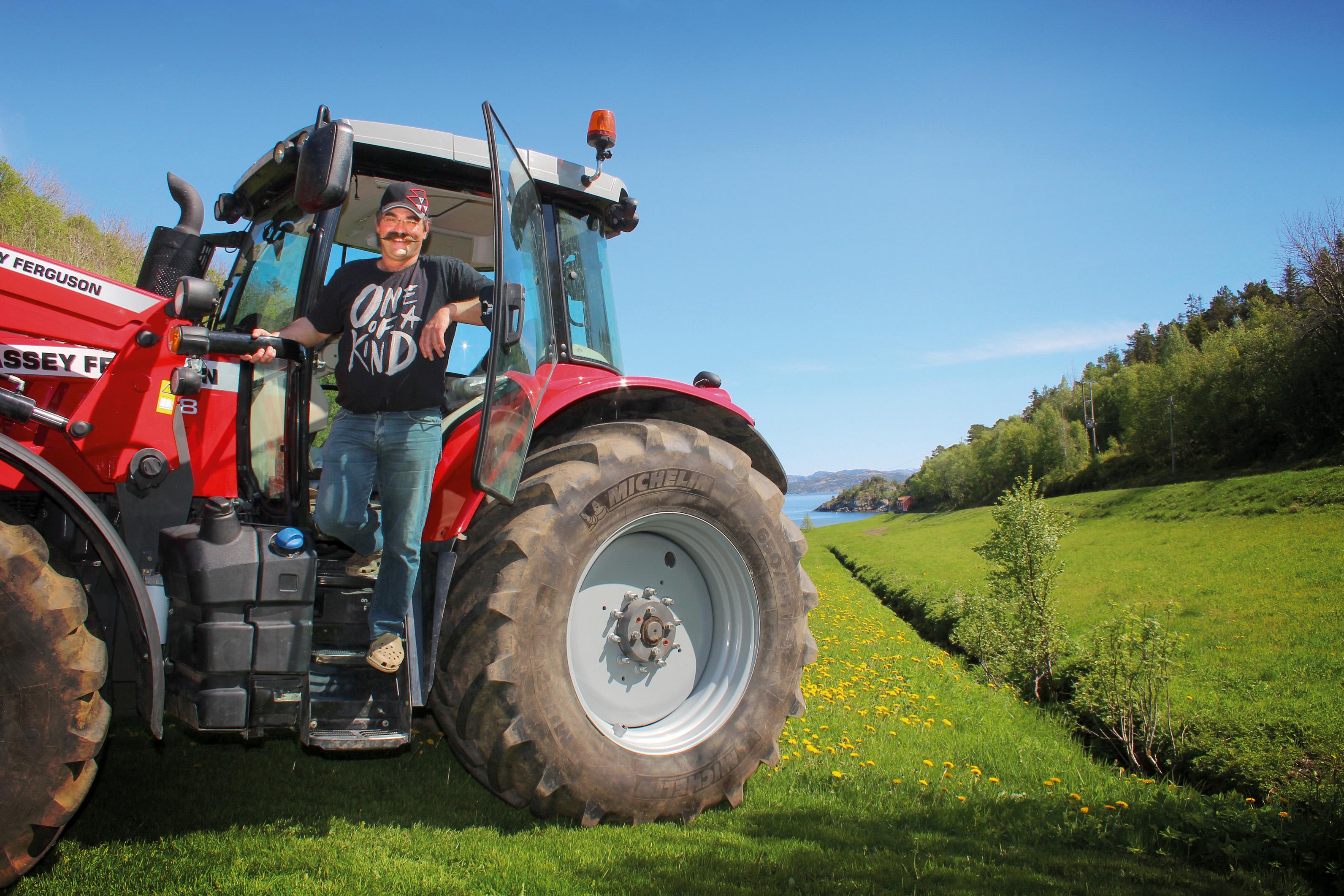 Petter Andreas Devik fra Otterøya er godt fornøyd med sin nye MF 7718 Dyna-6, som han bruker til melke- og kjøttproduksjon på familiegården. Foto: Rita Aglen.