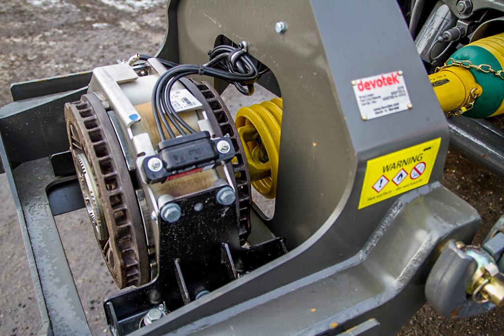 Selve bremsen består av to magneter som virker mot hverandre, og bremseeffekten på inntil 122 hk overføres via kraftuttaket til motoren, der den gjennom drivverket bremser alle fire hjulene samtidig. Det er både effektivt og behagelig. Foto: Lars Ovlien.