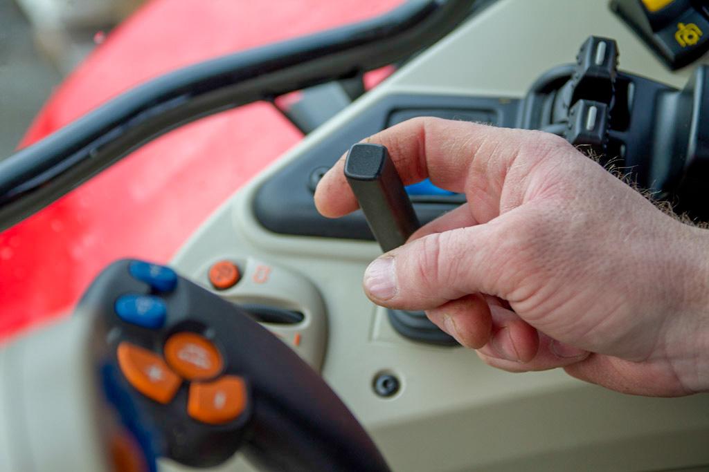 Ved hjelp av en enkel spak avgjør du hvor mye bremseeffekt den elektromagnetiske bremsen har. En lysindikator ved spaken viser om bremsen er slått på eller ikke. Foto: Lars Ovlien.
