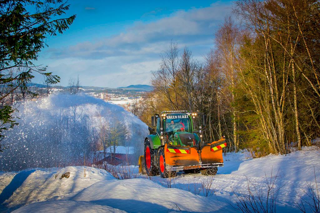 Den nyeste traktoren til Jann Kristian Buvarp er en Fendt 724 Vario S4 med Profi-utstyrspakke. Han beskriver den som sterk, med 240 hk under panseret, men samtidig smidig nok til å kunne brøyte på trange flater og til å koste smale veier. Foto: Ole Morten Melgård.