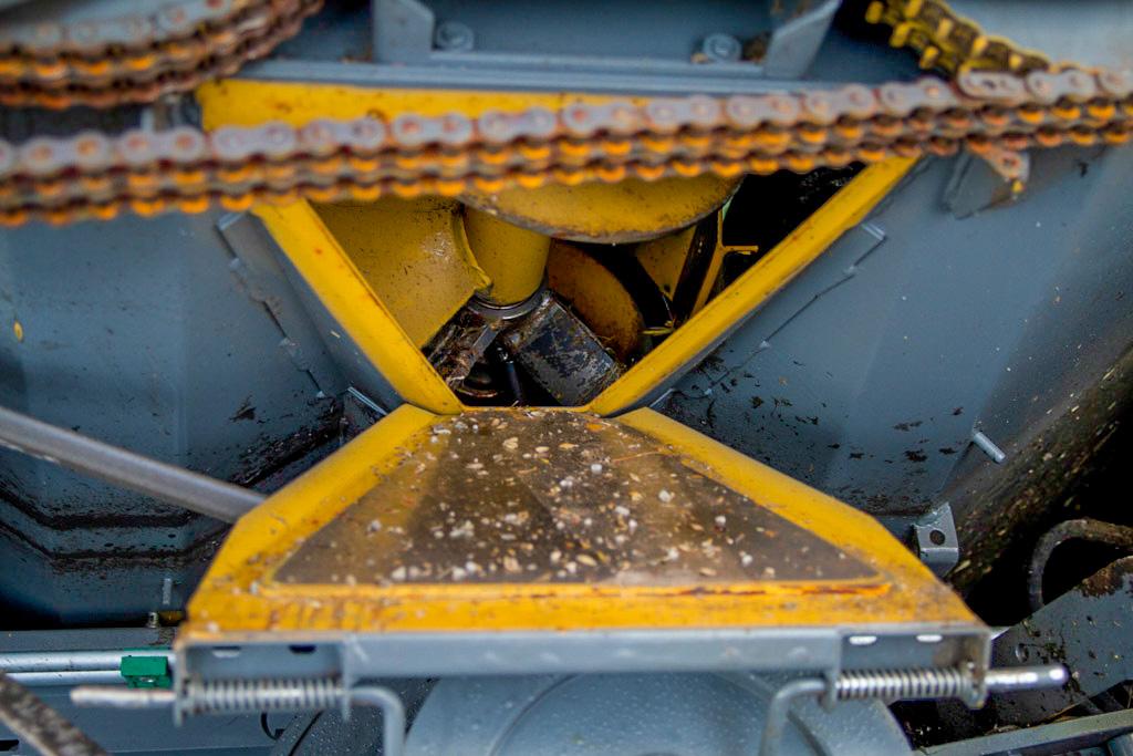 Alt av luker bør åpnes, så treskeren står mest mulig lufting om vinteren. Da unngår du at mus og rotter gjemmer seg. De er glade i ledninger, så det kan være lurt å legge ut gift der du lagrer treskeren. Såld-kornplater bør tas ut under vinterlagring.