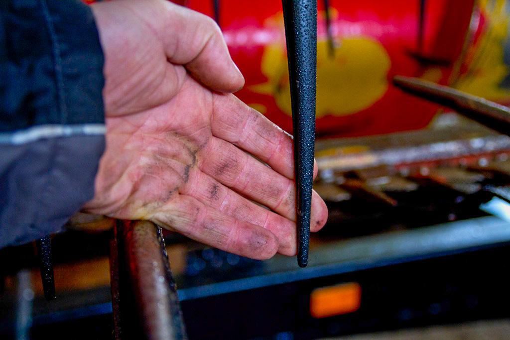 Du kan selv gå over skjæreapparatet og sjekke at kniver, fingre, slitestål og innmaterpinner er i orden. Kniver og fingre må skiftes for at treskeren skal være effektiv.