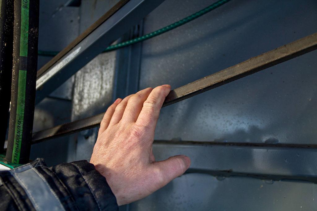 Dra i reimene og se etter brudd eller defekte reimer.