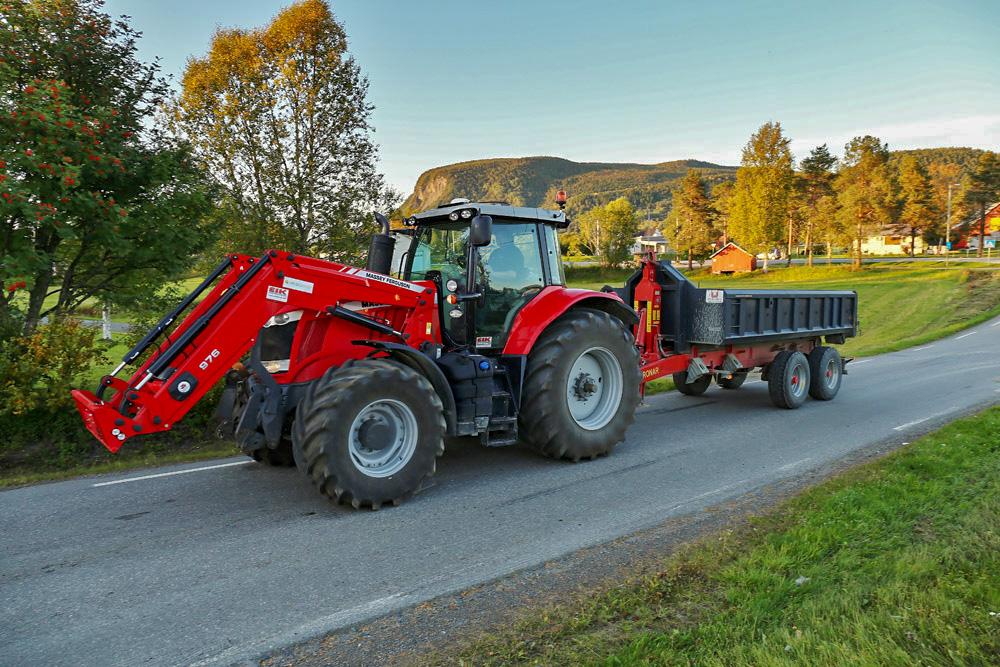 Espen Ryddeng i Målselv Bygg bruker sin MF 7726 Dyna-VT til tunge transportoppgaver. Foto: Jan-Erik Bergstad.