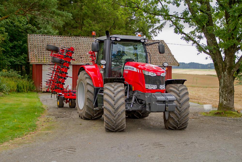 Den nye traktoren til Magnus Aandstad brukes primært til jordbruk og transport. Foto: Lars Ovlien.