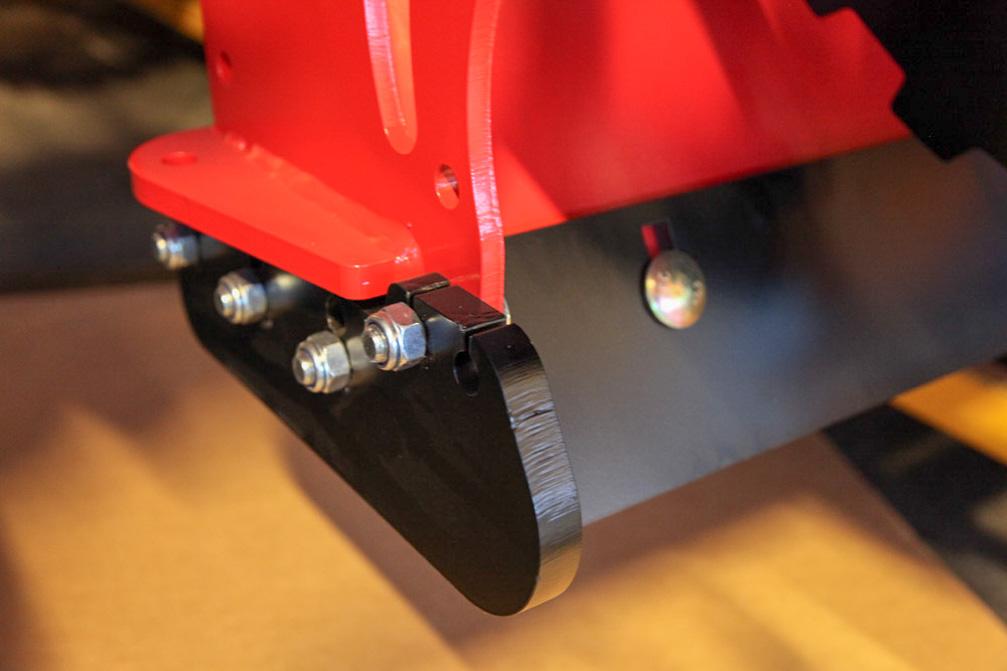 ETTERJUSTERE: Viktig å etterjustere, kontrollere og skifte slitestål før slitasjen går opp i freseren.