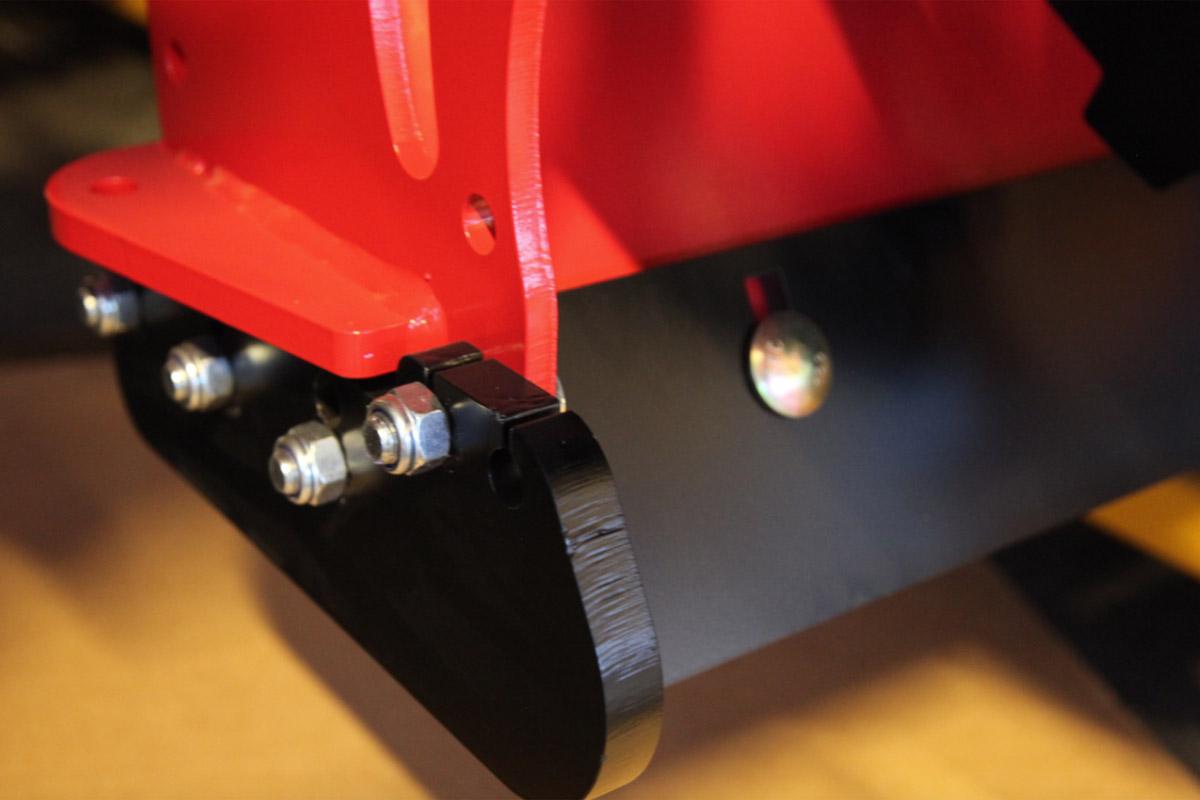 Viktig å etterjustere, kontrollere og skifte slitestål før slitasjen går opp i freseren.