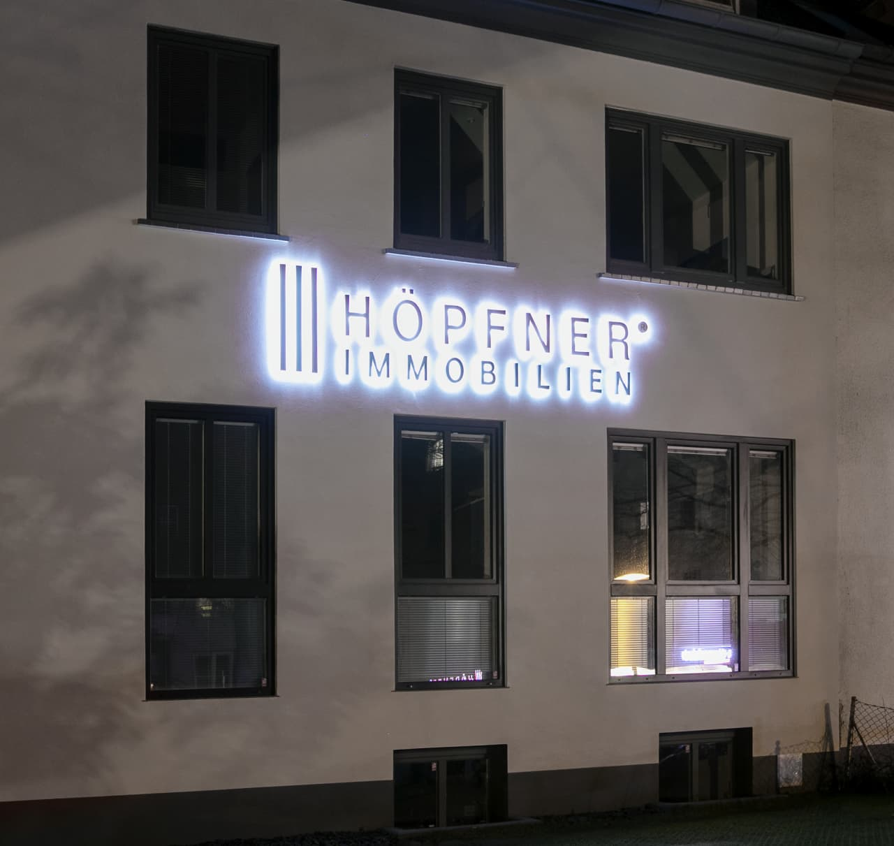 Büro bei Nacht.