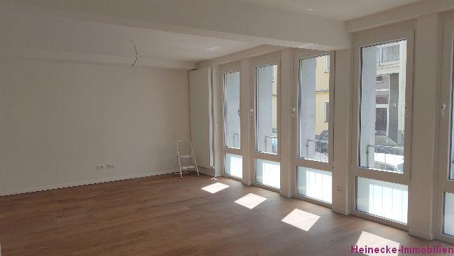 Kernsanierte 2-Zimmer Wohnung mit Balkon sucht neuen Mieter ab sofort. Kaltmiete 810€ zzgl. 175€ Nebenkosten. Stadtmitte, ruhige Seitenstrasse