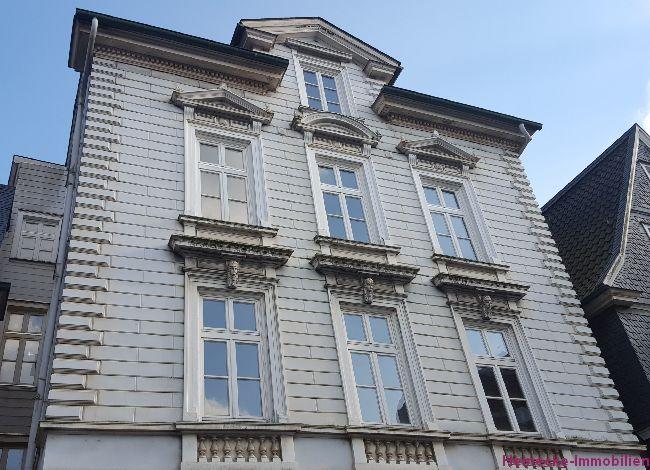 Mehrfamilienhaus mit Ladenlokal zu verkaufen. 5 Wohneinheiten (2-4 Zimmer), Gesamtwohnfläche  ca. 310,43 m2 zzgl. 74,61 m2 Gewerbefläche,  ca. 292 m2 Grundstück. Mieteinnahmen 53.280,00€ (brutto), Kaufpreis 275.000€