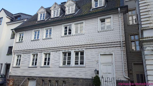 Mehrfamilienhaus mit 3 vermieteten Wohneinheiten. Wohnfläche ca. 302,33 m2,  ca. 298 m2 Grundstück. Mieteinnahmen 27.085.00€ p.A. (brutto) Kaufrpreis 299.000€