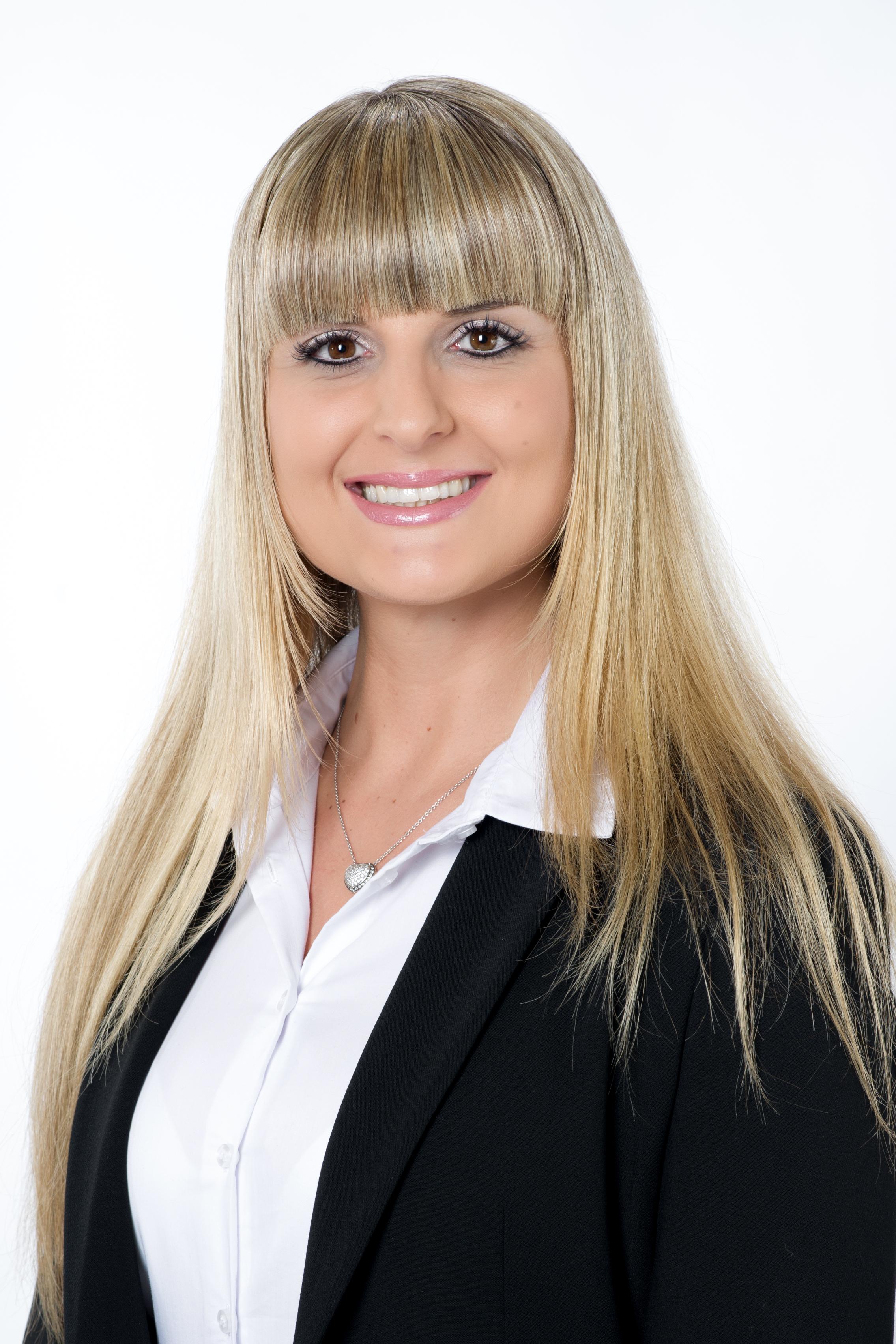 Frau Nicole Schneider  Dipl. Sachverständige (DIA) Bewertung von bebauten und unbebauten Grundstücken Mieten und Pachten. Immobilienfachwirtin (IHK) Finanzassistentin/Bankkauffrau