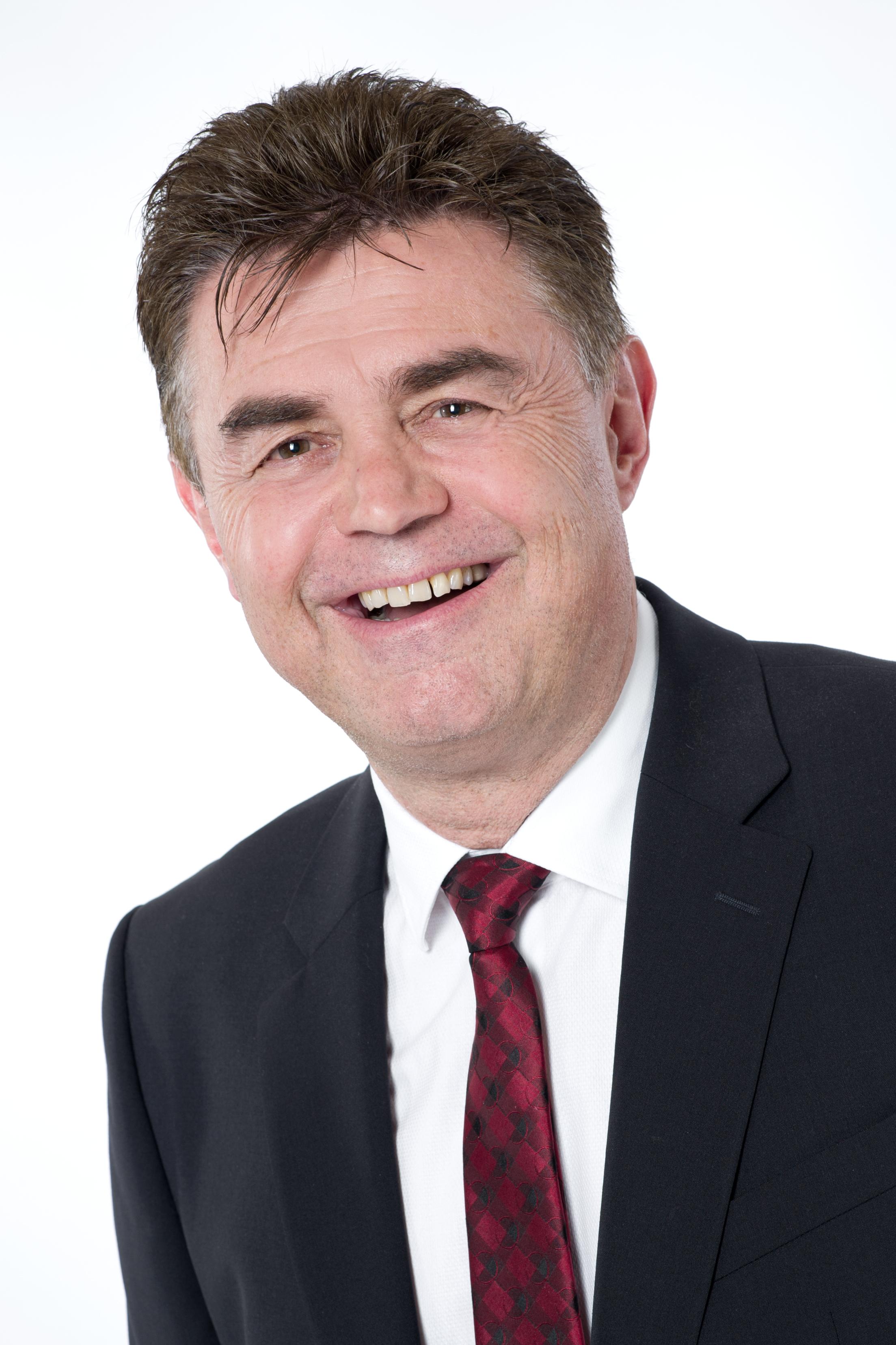 Herr Arthur Schneider  Dipl. Sachverständige (DIA) Bewertung von bebauten und unbebauten Grundstücken Mieten und Pachten.