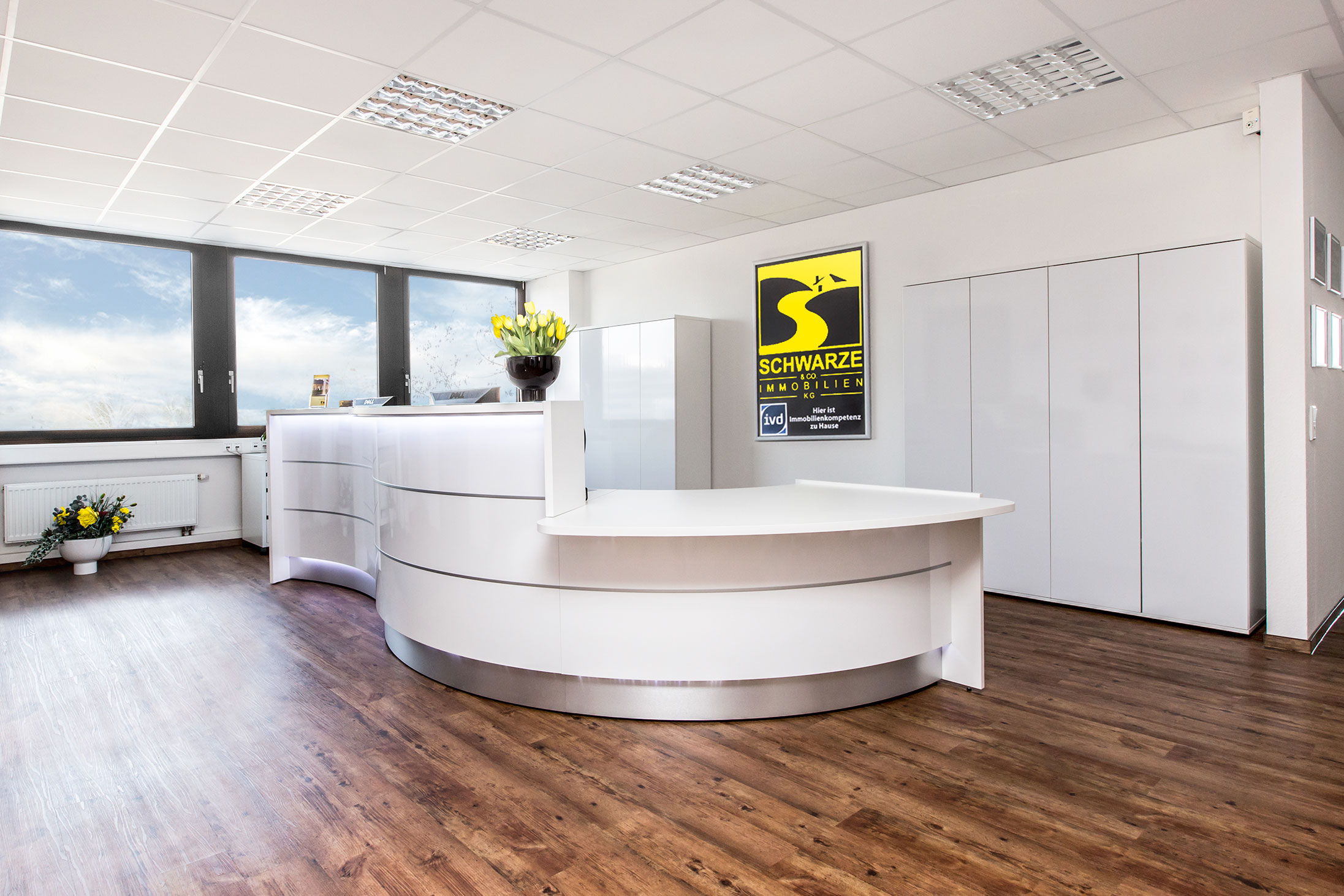 Seit 2012 sind wir auf einer großzügigen Büroetage mit 500 m² in Erkrath-Unterfeldhaus ansässig. Offen und transparent, bieten die Räume viel Licht und sind mit dem Aufzug bequem erreichbar. Moderne Besprechungs- und Schulungsräume und separate Bereiche für Vertrieb und Auftragsabwicklung sorgen für optimale Arbeitsabläufe.