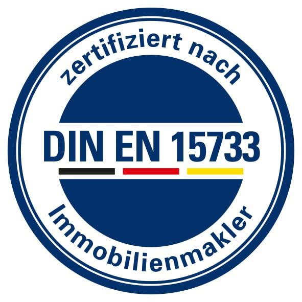 Wir sind nach DIN EN 15733 zertifiziert. Nur 10 Immobilienmakler in München sind nach der Norm zertifiziert. (Stand 10/2019)  Wer als zertifizierter Immobilienmakler die europäischen Grundsätze der in der Norm festgelegten Qualitätsstandards erfüllt, grenzt sich deutlich von nicht zertifizierten Maklern im europäischen In- und Ausland ab. Für Sie als Endverbraucher ist eine Zertifizierung nach DIN EN 15733 ein Zeugnis für Professionalität und die Verpflichtung zur Qualität.   Wir sind zudem der erste DEKRA-zertifizierte Immobilienmakler Münchens!