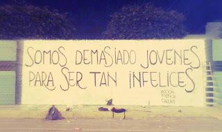Frases de Acción Poética en Español (Latinoamericana) - Somos demasiado jóvenes para ser tan infelices