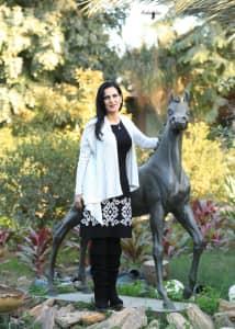 الفنانة منى المقداد مع احد اعمالها الرائعة