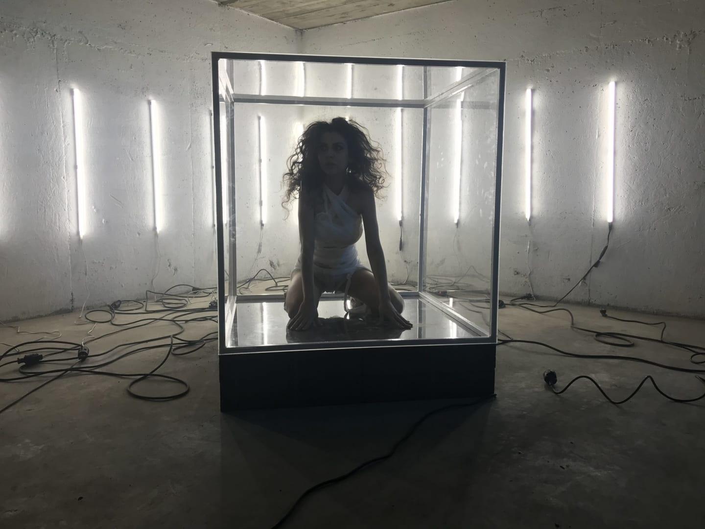 cadru Letiția Vlădescu din videoclipul regizat de Ana pentru piesa The Teacher de la Greetings Sugar