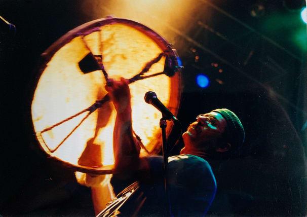 Ritka látvány koncerteken: Németh Tamás sámándobbal