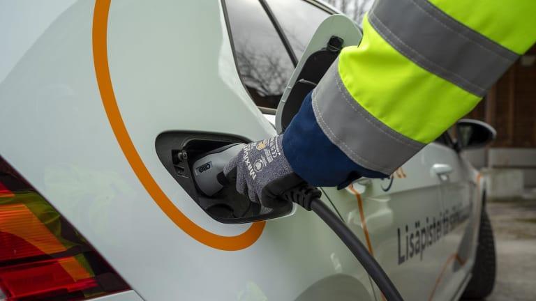 Tutustu sähköauton latausratkaisuihin taloyhtiöille ja yrityksille